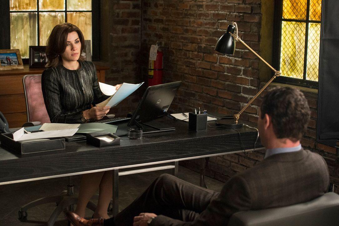 Während Alicia (Julianna Margulies, l.) Millionen von Dollar erbt, versucht Damian (Jason O'Mara, r.) einen Spion abzuschütteln ... - Bildquelle: David Giesbrecht 2013 CBS Broadcasting Inc. All Rights Reserved.