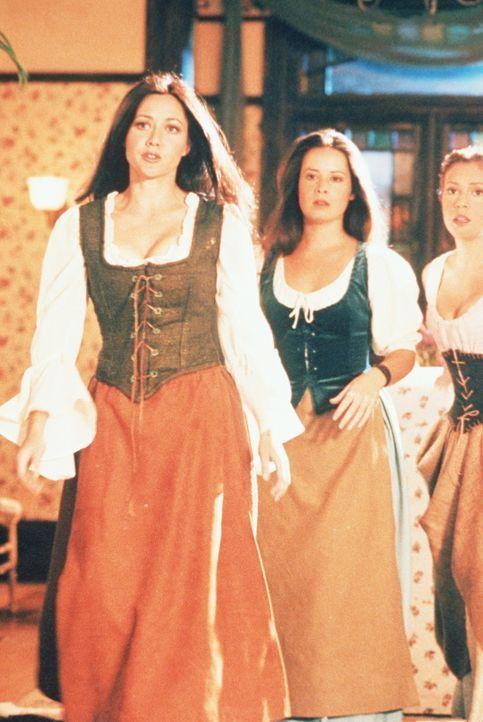 Im 17. Jahrhundert versuchen Piper (Holly Marie Combs, M.), Phoebe (Alyssa Milano, r.) und Prue (Shannen Doherty, l.), ein Baby zu retten. - Bildquelle: Paramount Pictures