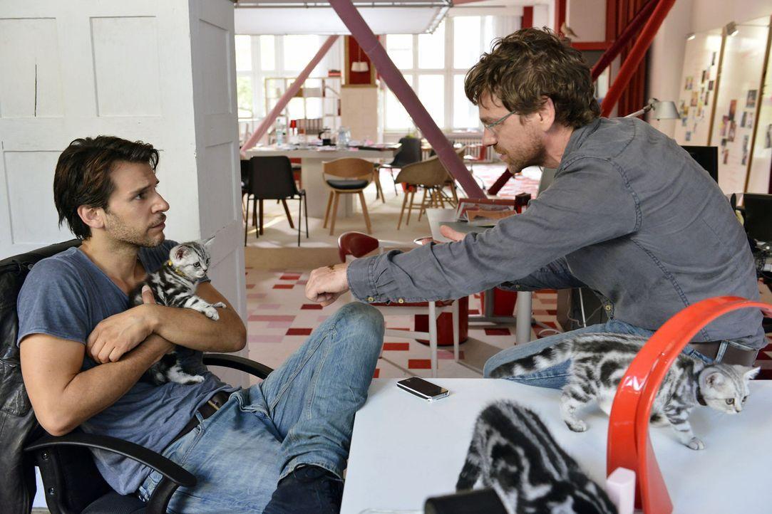 Nick (Florian Odendahl, l.) macht Rudi (Andreas Nickl, r.) klar, dass sein beruflicher Sinkflug jetzt bald ein Ende haben wird. Stimmt das wirklich? - Bildquelle: Oliver Ziebe Sat.1