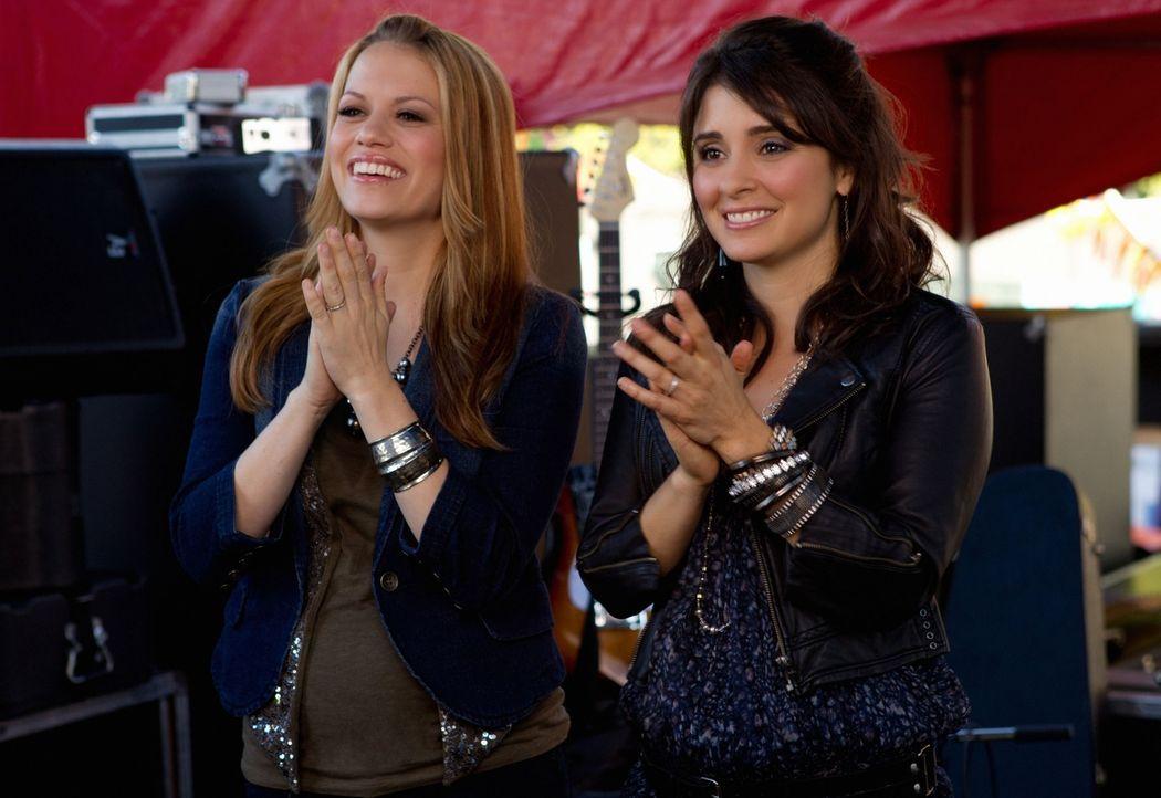 Hinter der Bühne kommen Mias Produzentin Haley James Scott (Bethany Joy Galeotti, l.) und Cate (Shiri Appleby, r.) ins Gespräch und entdecken, dass... - Bildquelle: The CW   2010 The CW Network, LLC. All Rights Reserved