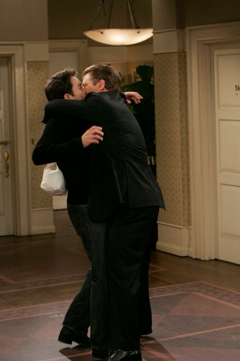 Was läuft zwischen Will (Eric McCormack, l.) und Malcolm (Alec Baldwin, r.)? - Bildquelle: NBC Productions