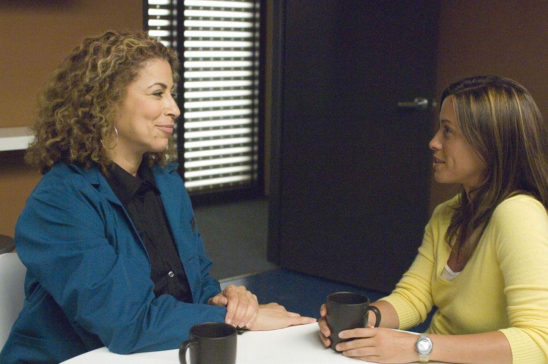 Liz (Roma Maffia, l.) ist frisch verliebt - und würde für Poppy (Alanis Morissette, r.) alles tun ... - Bildquelle: TM and   2004 Warner Bros. Entertainment Inc. All Rights Reserved.