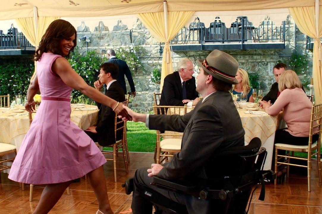 Kommen sich Naomi (Audra McDonald, vorne l.) und Fife (Michael Patrick Thornton, vorne r.) näher? - Bildquelle: ABC Studios