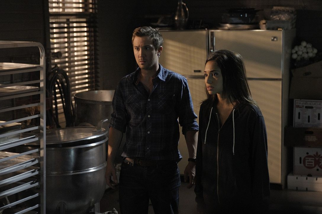 Josh (Sam Huntington, l.) steht Sally (Meaghan Rath, r.) zur Seite, nachdem sie ihren Bruder getroffen hat ... - Bildquelle: Phillipe Bosse 2013 B.H. 2 Productions (Muse) Inc. ALL RIGHTS RESERVED.