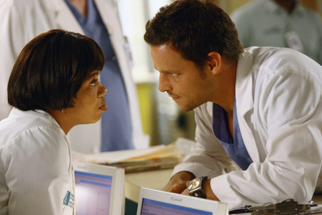 Alex (Justin Chambers, r.) tut sich schwer, weil Bailey (Chandra Wilson, l.) ihm den mindestens 25 Jahre älteren Norman als Assistenzarzt zugeteilt... - Bildquelle: Touchstone Television