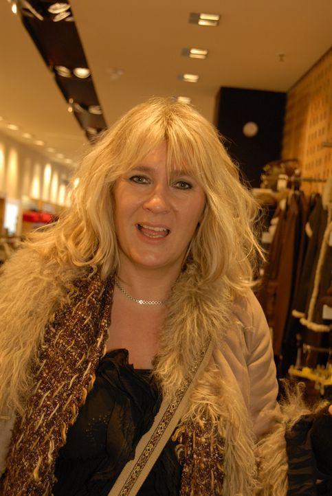 Die Rockmusikerin Claudia möchte ihre Bank mit dem passenden Outfit davon überzeugen, dass sie einen Kredit bekommt. - Bildquelle: Walter Wehner Sat.1
