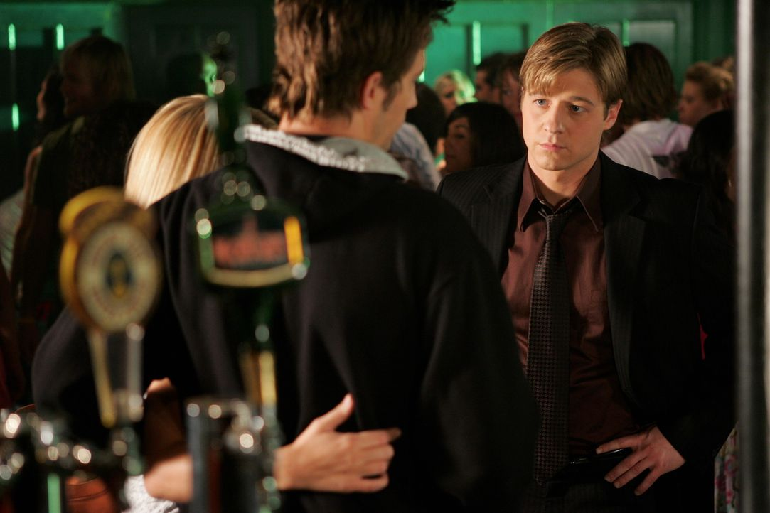 Ryan (Benjamin McKenzie, r.) erfährt endlich die Wahrheit darüber, was zwischen Marissa und Trey (Logan Marshall-Green, l.) passiert ist und es ko... - Bildquelle: Warner Bros. Television