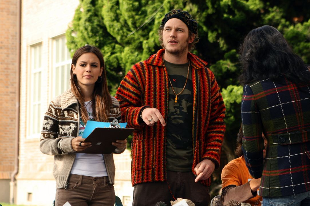 Summer (Rachel Bilson, l.) lenkt sich ab, indem sie sich für die Umwelt engagiert - unter der Anleitung von Che (Chris Pratt, M.), einem Kommiliton... - Bildquelle: Warner Bros. Television