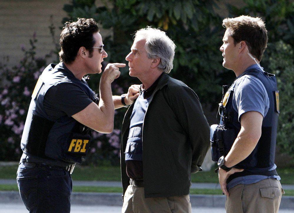 Während Don (Rob Morrow, l.), Colby (Dylan Bruno, r.) und das restliche Team eine Reihe von Banküberfällen, für die der ehemalige FBI-Ermittler Bloo... - Bildquelle: Paramount Network Television
