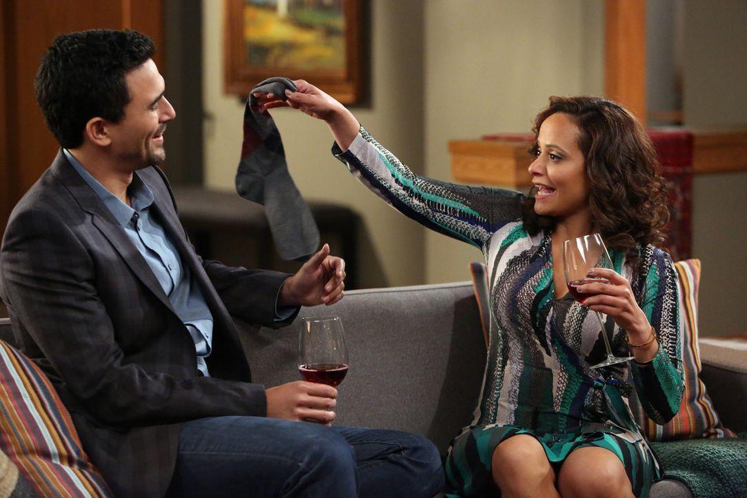 Zoila (Judy Reyes, r.) versucht Javier (Ivan Hernandez, l.) davon zu überzeugen, dass er ein neues Dienstmädchen braucht. Wird sie ihn überzeugen kö... - Bildquelle: 2014 ABC Studios