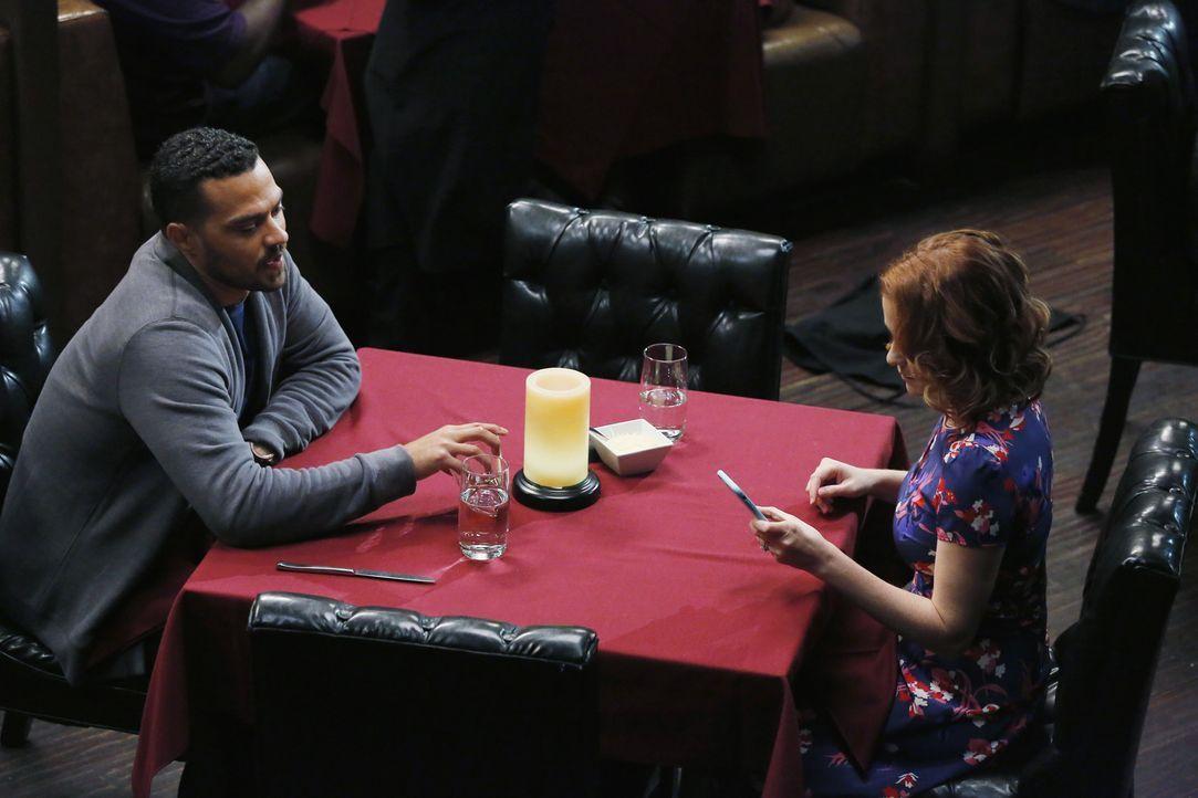Finden Jackson (Jesse Williams, l.) und April (Sarah Drew, r.) wieder zusammen? - Bildquelle: Vivian Zink ABC Studios