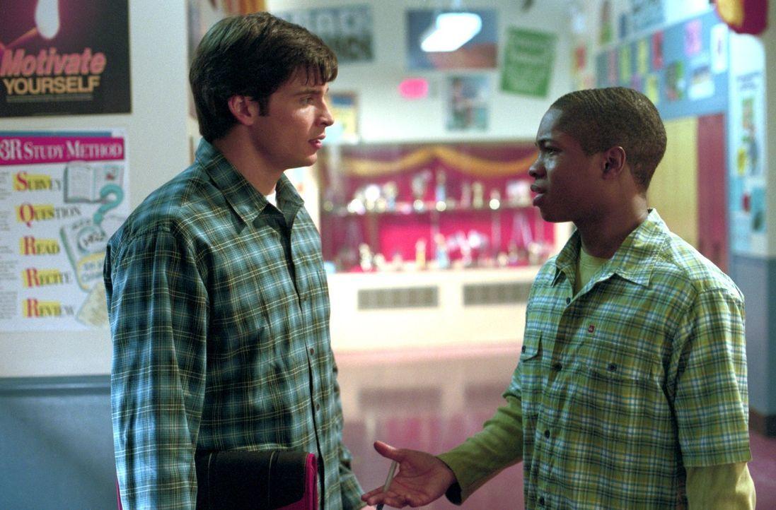 Nachdem Clark (Tom Welling, l.) von Pete (Sam Jones III., r.) erfährt, welche fast unglaubliche Wandlung Eric vom unscheinbaren Chemiestreber in ein... - Bildquelle: Warner Bros.