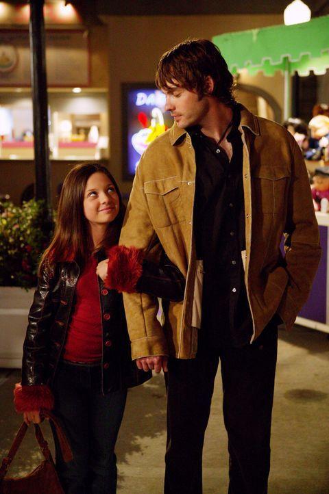 Matt (Barry Watson, r.) kommt nach Glen Oak, um mit Ruthie (Mackenzie Rosman, l.) einen ganz besonderen Tag zu feiern, doch er vermeidet es, von den... - Bildquelle: Paul McCallum The WB Television Network