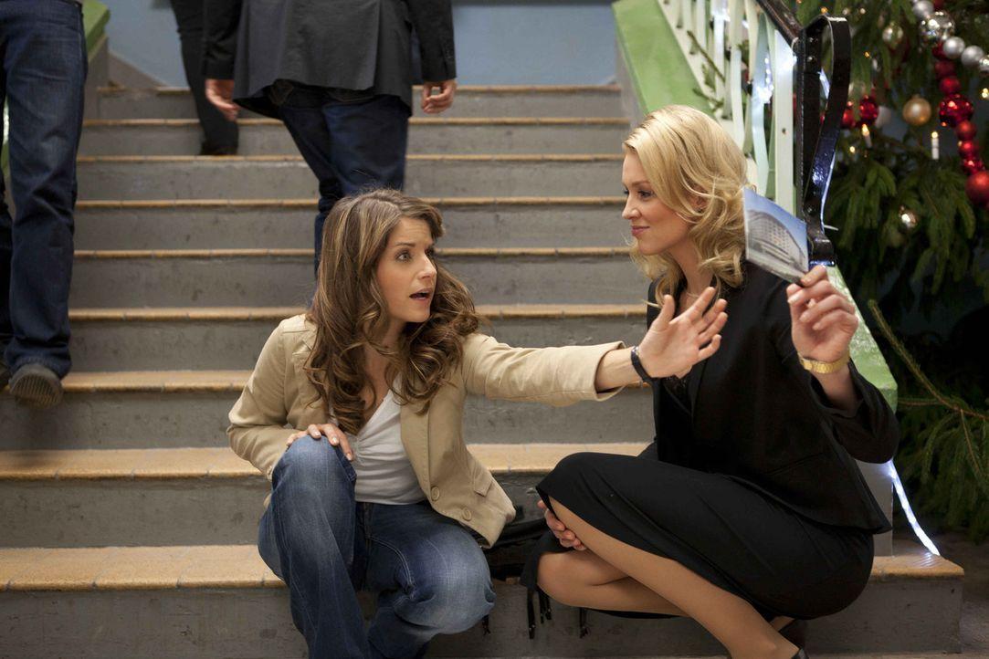 Alexandra (Verena Mundhenke, l.) findet die Karte von Jens bei Bea (Vanessa Jung, r.) ... - Bildquelle: Christoph Assmann SAT.1