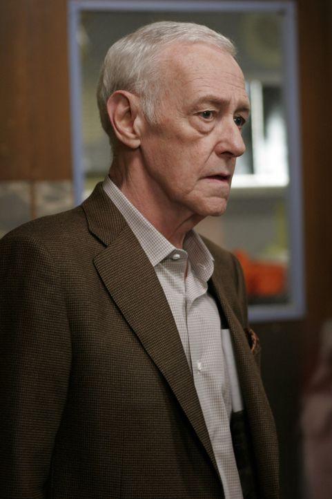 Hofft, dass sein Freund überlebt: Bennett Cray (John Mahoney) ... - Bildquelle: Warner Bros. Television