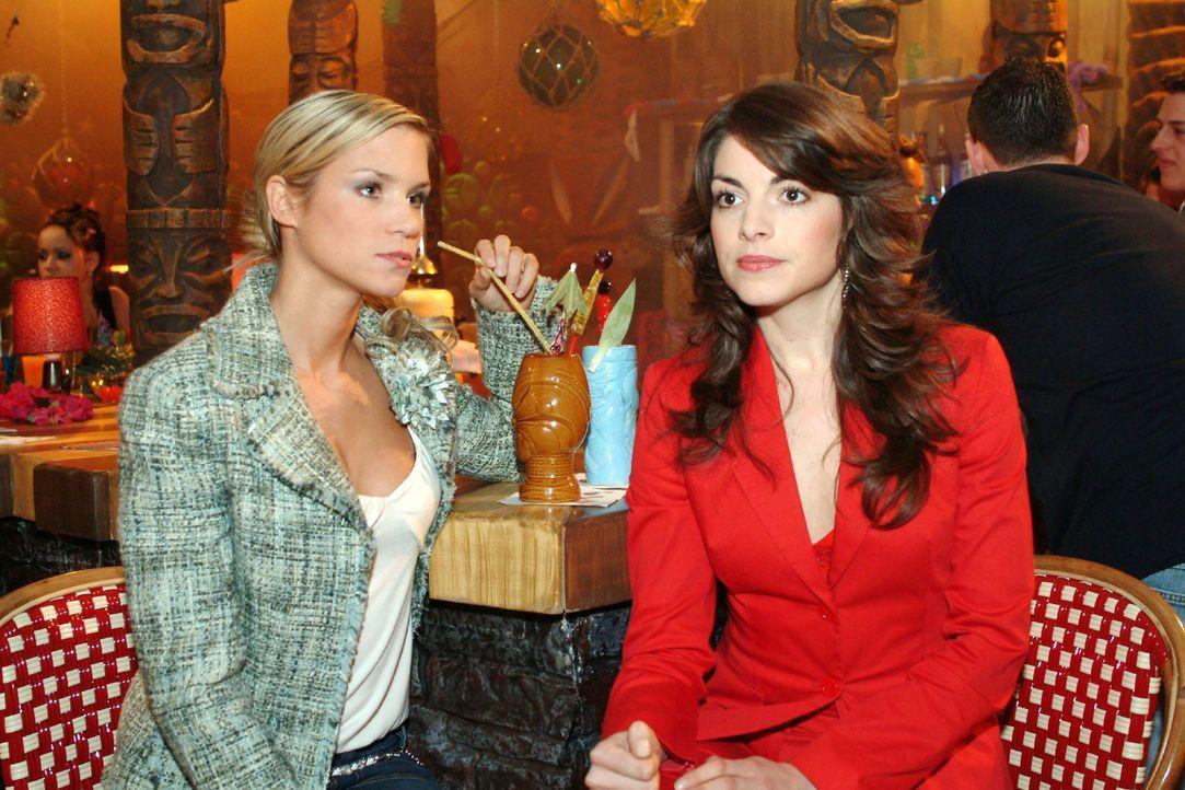 Die von Davids Affären frustrierte Mariella (Bianca Hein, r.) sucht Rat bei Sabrina (Nina-Friederike Gnädig, l.). - Bildquelle: Monika Schürle SAT.1 / Monika Schürle