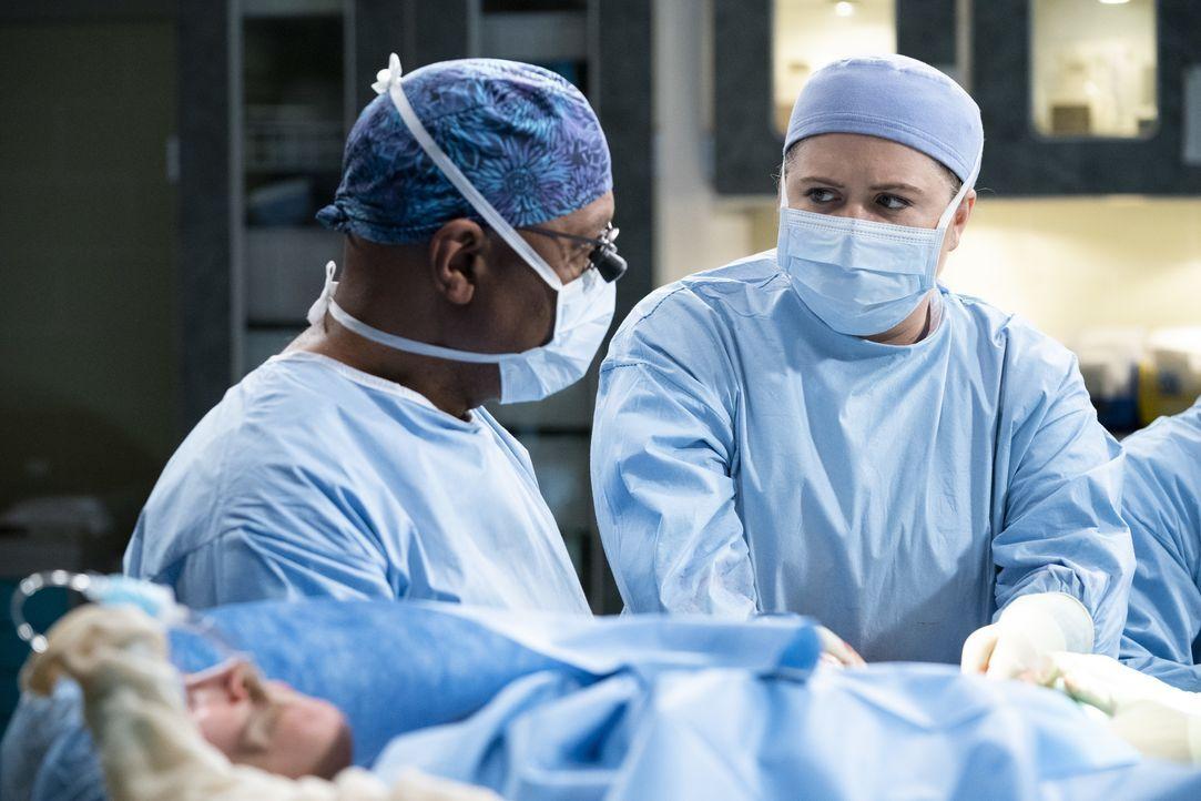 Dr. Richard Webber (James Pickens Jr., l.); Dr. Taryn Helm (Jaicy Elliot, r.) - Bildquelle: Eric McCandless ABC Studios / Eric McCandless