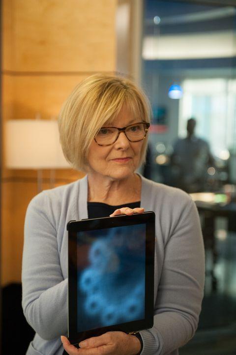 Hat Joanne (Jane Curtin) endlich den entscheidenden Hinweis gefunden, der zum Mörder führt? - Bildquelle: 2014 Broadcasting Inc. All Rights Reserved.