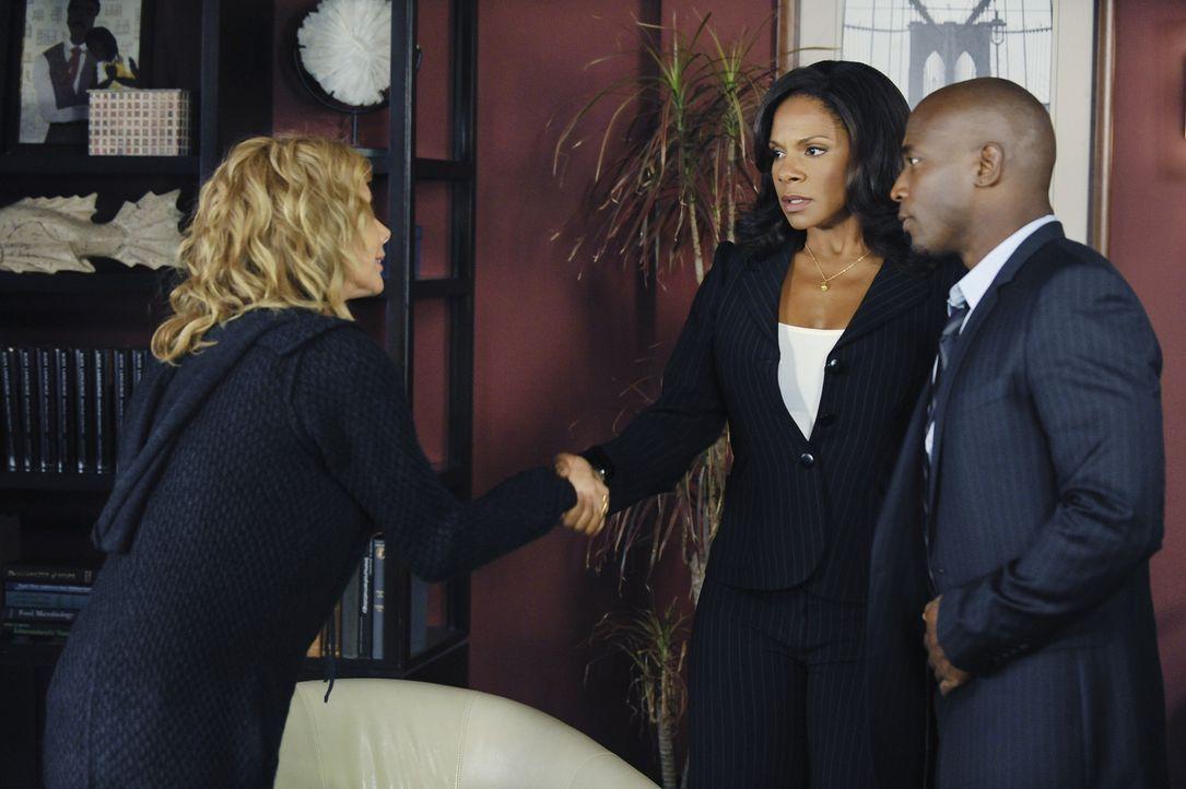 Naomi (Audra McDonald, M.) und Sam (Taye Diggs, r.) lernen Corinne (Rosanna Arquette, l.), Dinks Mutter kennen ... - Bildquelle: ABC Studios