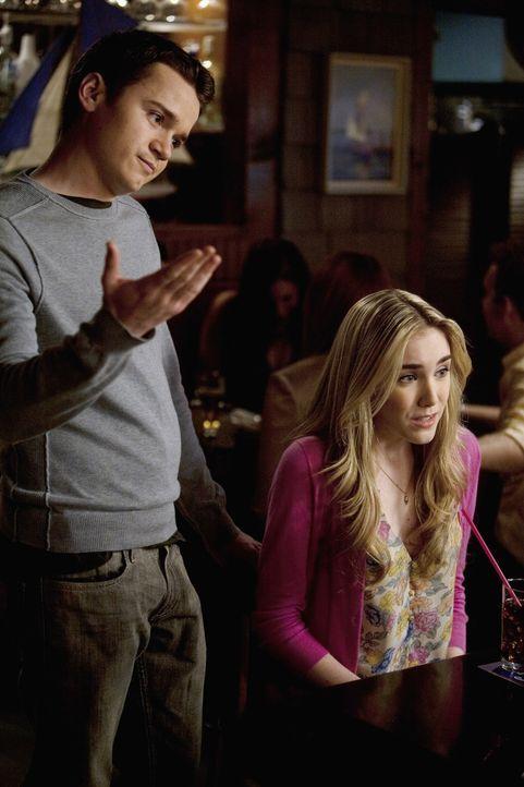 Kylie (Spencer Locke, r.) und Travis (Dan Byrd, l.) haben sich getrennt. Jules packt darauf die Gelegenheit beim Schopf und kümmert sich um ihren S... - Bildquelle: 2009 ABC INC.