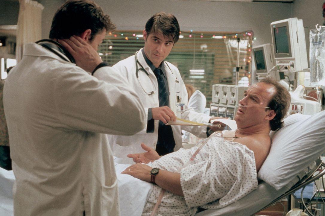 John Carter (Noah Wyle, l.) verabschiedet sich von Dan (James Belushi, r.). Dr. Kovac (Goran Visnjic, M.) übernimmt jetzt die Behandlung. - Bildquelle: TM+  2000 WARNER BROS.