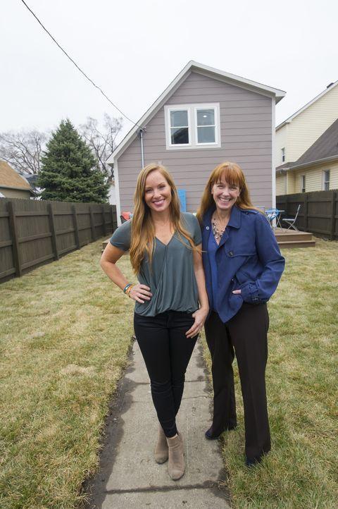 Als sich Karen (r.) und Mina (l.) dem kleinen Haus annehmen, ist es zwar ein Schnäppchen, doch auch keinen Cent mehr wert, denn die Investitionen si... - Bildquelle: Mary Ann Carter 2017,HGTV/Scripps Networks, LLC. All Rights Reserved
