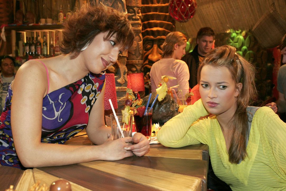 Hannah (Laura Osswald, r.) beklagt sich bei Yvonne (Bärbel Schleker, l.) über Timos und Kims Verhalten. Die durchschaut, dass Hannah ganz offensic... - Bildquelle: Sat.1