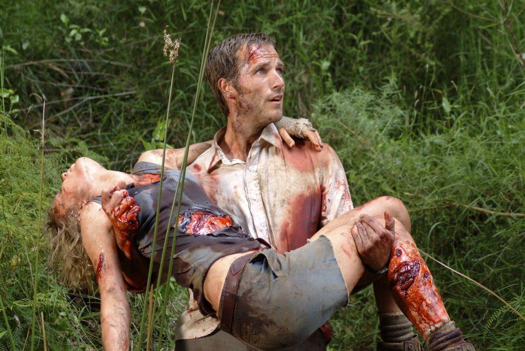 Gelingt es Pete (Michael Vartan, r.), die schwerverletzte Kate (Radha Mitchell, l.) rechtzeitig in Sicherheit zu bringen?