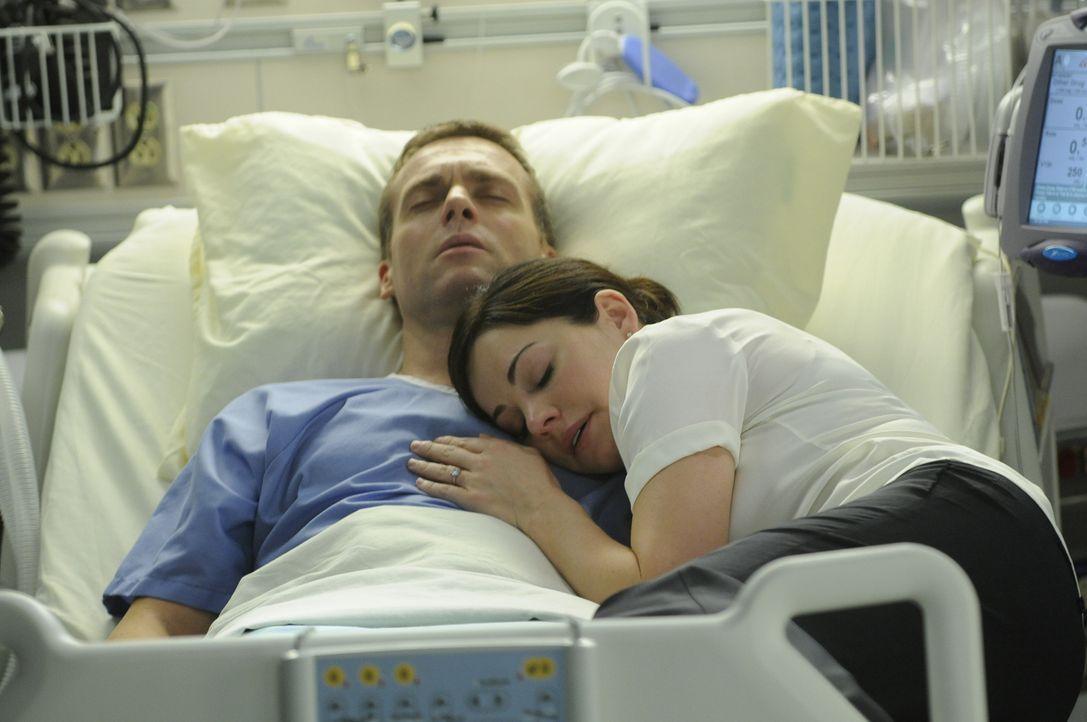 Sind die letzten Minuten in Charlies (Michael Shanks, l.) Leben angebrochen? Alex (Erica Durance, r.) wacht an seiner Seite ...