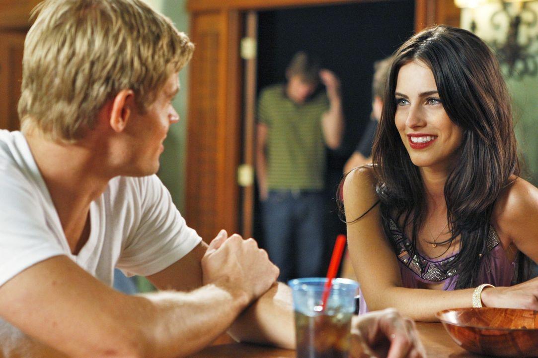 Man sieht sich immer zweimal im Leben - Adrianna (Jessica Lowndes, r.) trifft ihren Ex Teddy (Trevor Donovan, l.) im Beverly Hills Beach Club... - Bildquelle: TM &   CBS Studios Inc. All Rights Reserved