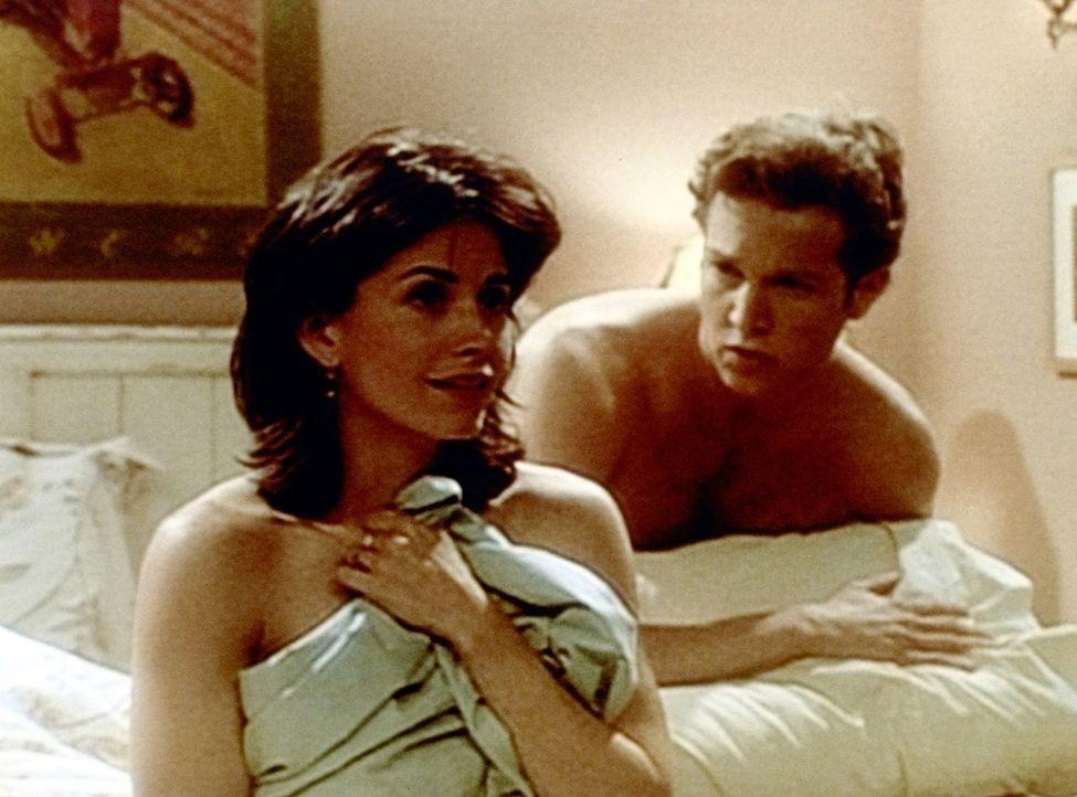 Monica (Courteney Cox, l.) gesteht Ethan (Stan Kirsch, r.), dass sie sich jünger gemacht hat, während Ethan ihr beichtet, dass er ein paar Jahre d... - Bildquelle: TM+  2000 WARNER BROS.