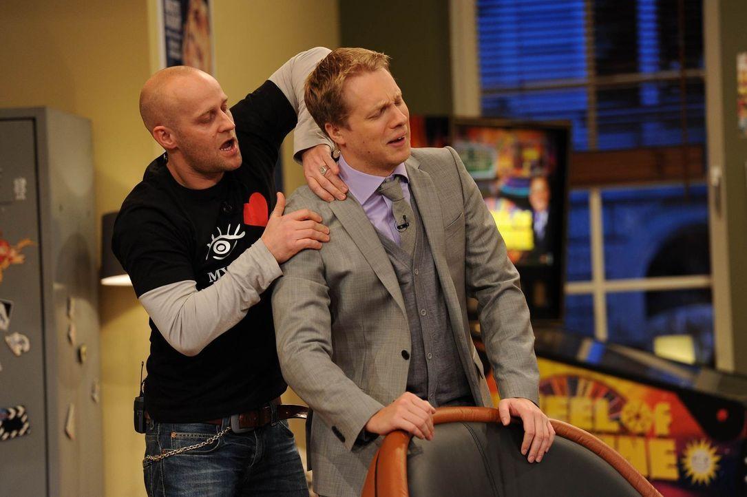 Oliver (r.) ist verletzt. Jürgen (l.) behandelt ihn, denn schließlich wollen sie Bernhard bezwingen ... - Bildquelle: Willi Weber SAT.1