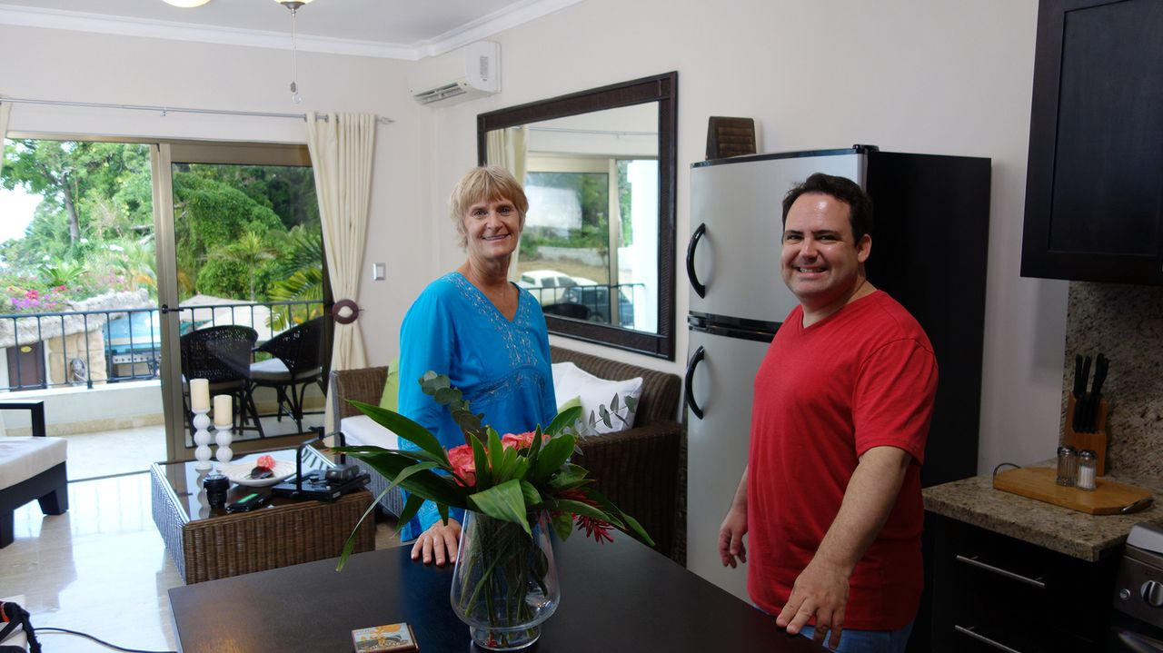 Matt (r.) ist auf der Suche nach einer Ferienwohnung am Strand von Cabarete. Aber findet Maklerin Sally Byrd (l.) in der Dominikanischen Republik fü... - Bildquelle: 2014, HGTV/Scripps Networks, LLC. All Rights Reserved.