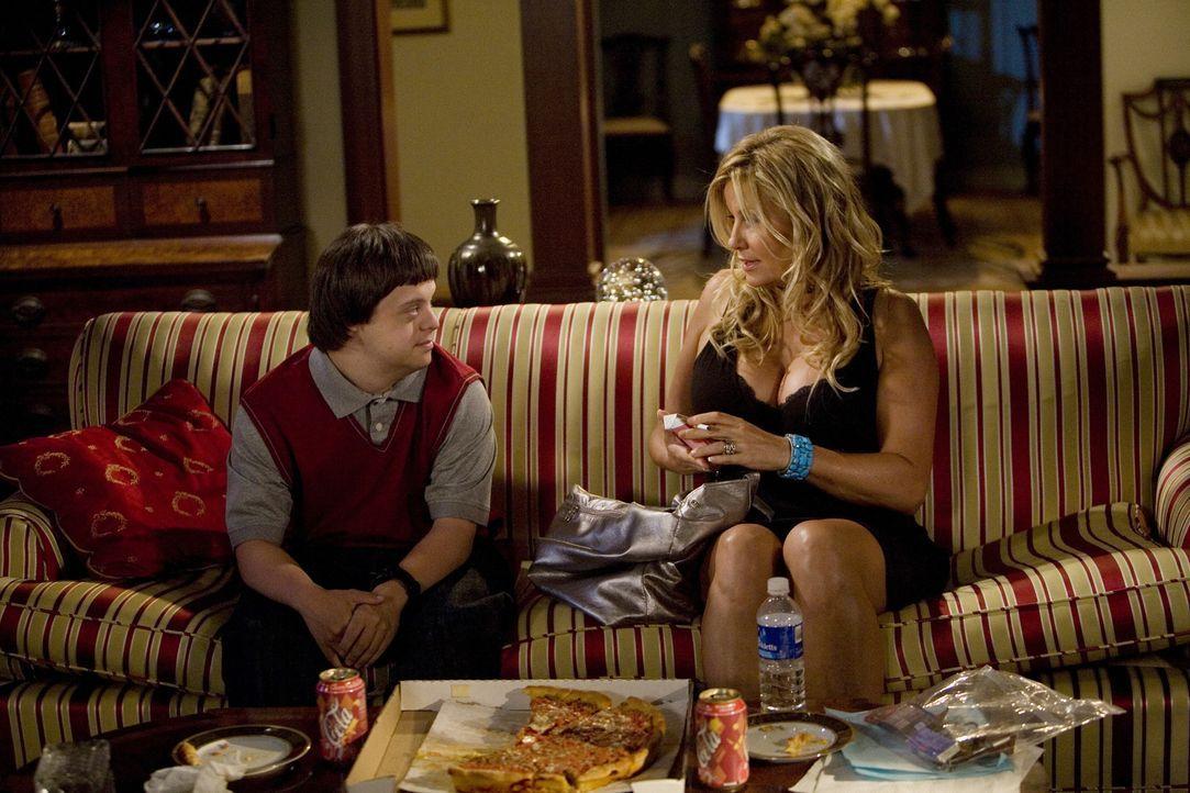 Tom (Luke Zimmerman, l.) nutzt das leere Haus und bestellt sich die Prostituierte Betty (Jennifer Coolidge, r.)... - Bildquelle: ABC Family