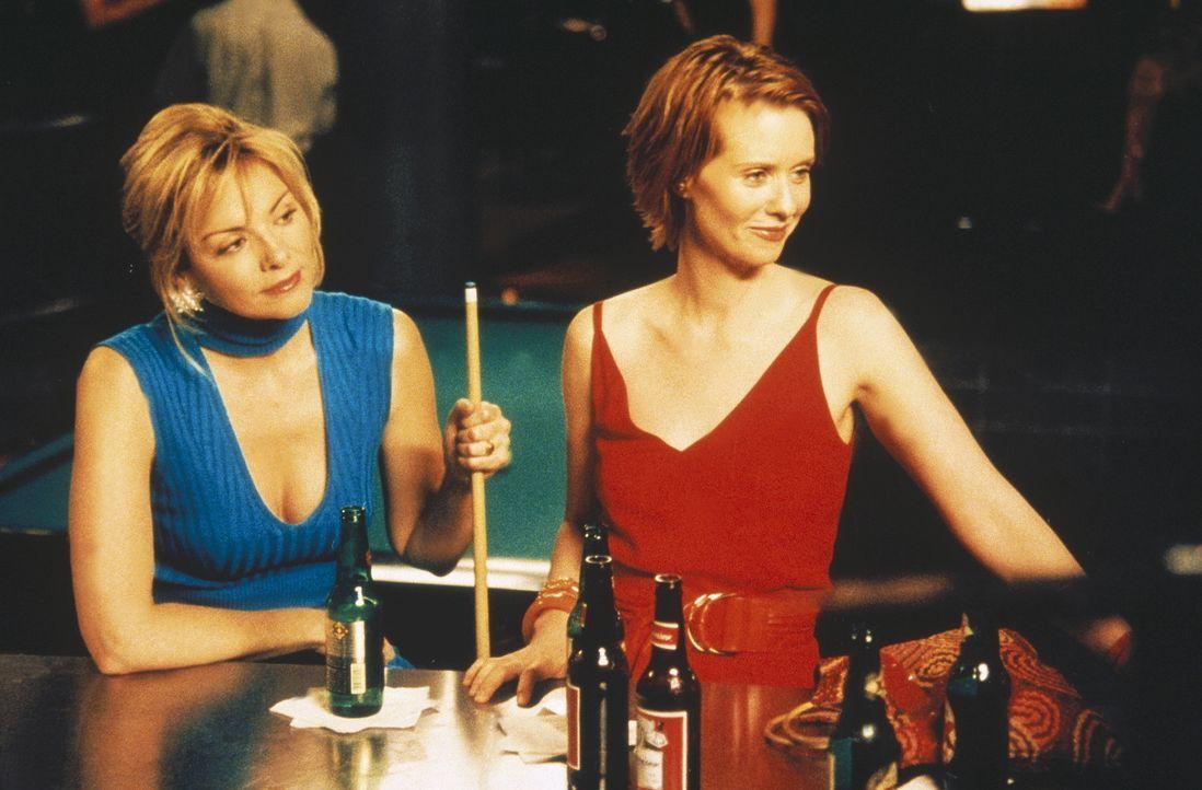 Um Steve über seine Minderwertigkeitskomplexe hinwegzuhelfen, hatte Miranda (Cynthia Nixon, r.) noch einmal Sex mit ihm. Sam (Kim Cattrall, l.) ist... - Bildquelle: Paramount Pictures