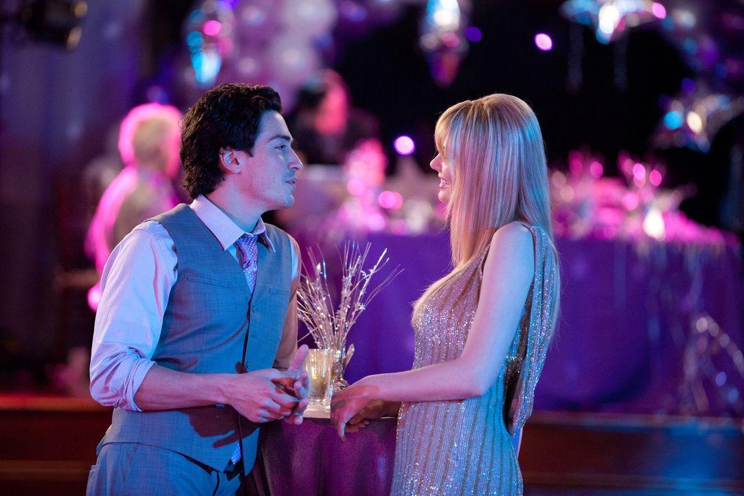 Fred (Ben Feldman, l.) und Stacy (April Bowlby, r.) versöhnen sich nach einer heftigen Auseinandersetzung wieder ... - Bildquelle: 2011 Sony Pictures Television Inc. All Rights Reserved.