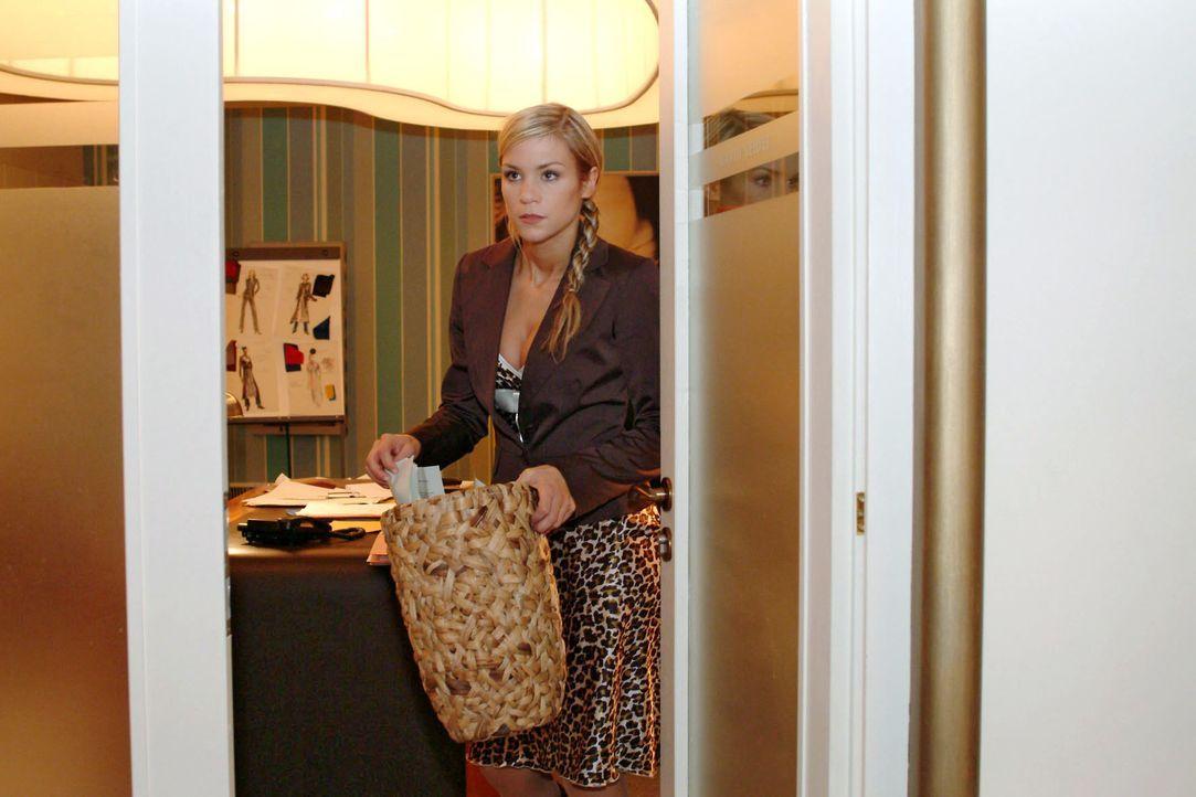 Sabrina (Nina-Friederike Gnädig) betreibt für Richard Nachforschungen - in Davids Papierkorb ... - Bildquelle: Monika Schürle SAT.1 / Monika Schürle