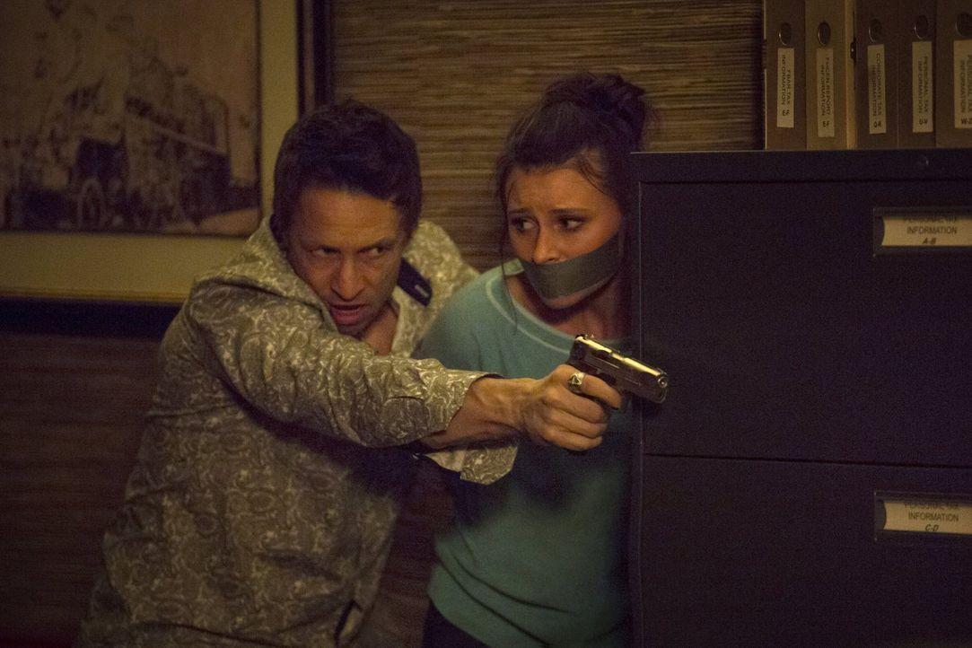 Kenny (Bradley Stryker, l.) kidnappt Peyton (Aly Michalka, r.), um Mister Boss' Auftrag zu erfüllen. Doch ist sie wirklich das richtige Druckmittel,... - Bildquelle: 2014 Warner Brothers