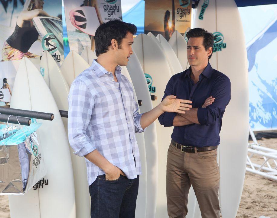 Liam erfüllt sich endlich seinen Traum von einem eigenem Surfladen für Frauen. Sein Freund Navid (Michael Steger, l.) findet die Konzeption super... - Bildquelle: TM &   CBS Studios Inc. All Rights Reserved