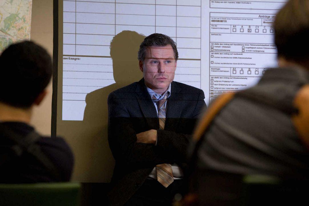 Dezernatsleiter Ulf Habermann (Dirk Borchardt, M.) hält die psychisch angeschlagene Hannah für zu labil, um wieder in den Polizeidienst zurückkehren... - Bildquelle: Conny Klein SAT.1