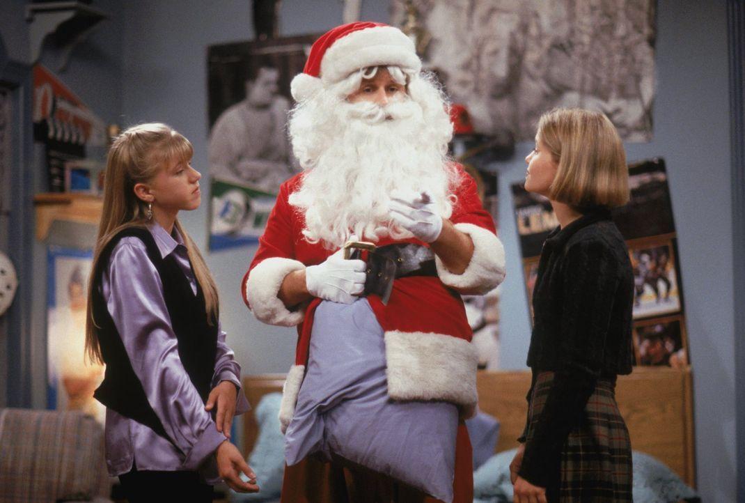 D.J. (Candace Cameron, r.) und Stephanie (Jodie Sweetin, l.) ahnen bereits, dass es nicht die beste Idee ist, wenn Joey (Dave Coulier, M.) den Weihn... - Bildquelle: Warner Brothers Inc.
