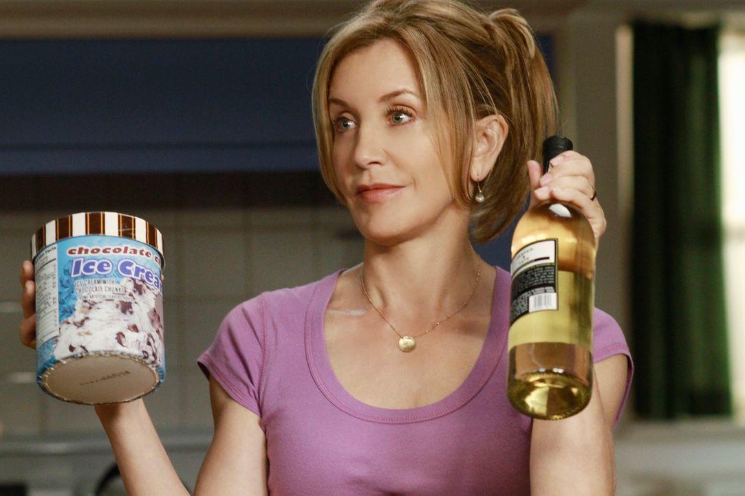 Während Mike misstrauisch wird, da Susan und Carlos ungewöhnlich viel Zeit miteinander verbringen, bekommt Lynette (Felicity Huffman) überraschenden... - Bildquelle: ABC Studios