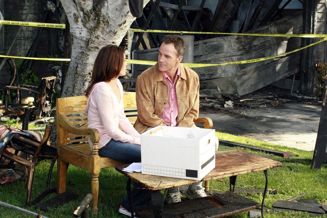 Nachdem Susans (Teri Hatcher, l.) Haus abgebrannt ist, möchte sie Karl (Richard Burgi, r.) beweisen, dass sie selbstständig ihr Leben meistern kan... - Bildquelle: 2005 Touchstone Television  All Rights Reserved