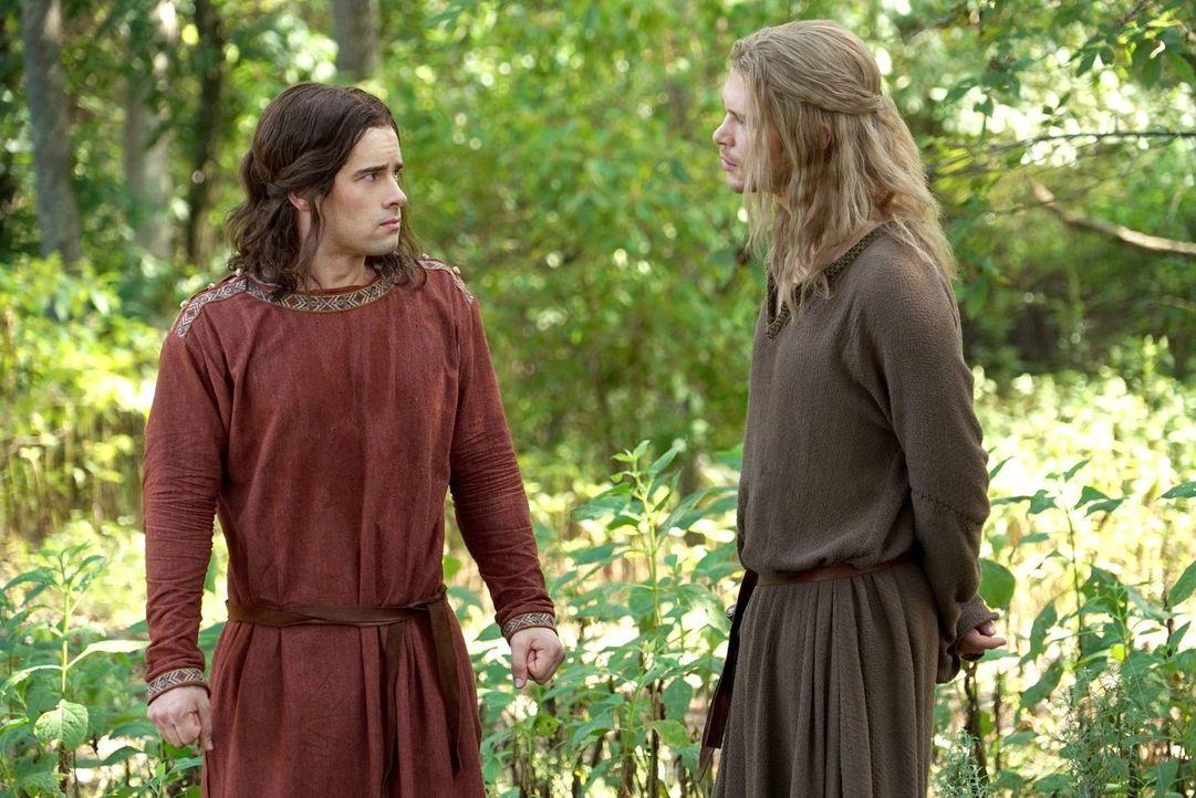 Als Klaus (Joseph Morgan, r.) und seine Familie im 11. Jahrhundert auf Lucien (Andrew Lees, l.) treffen, ahnen sie noch nicht, dass dieser ihnen in... - Bildquelle: Warner Bros. Entertainment Inc.