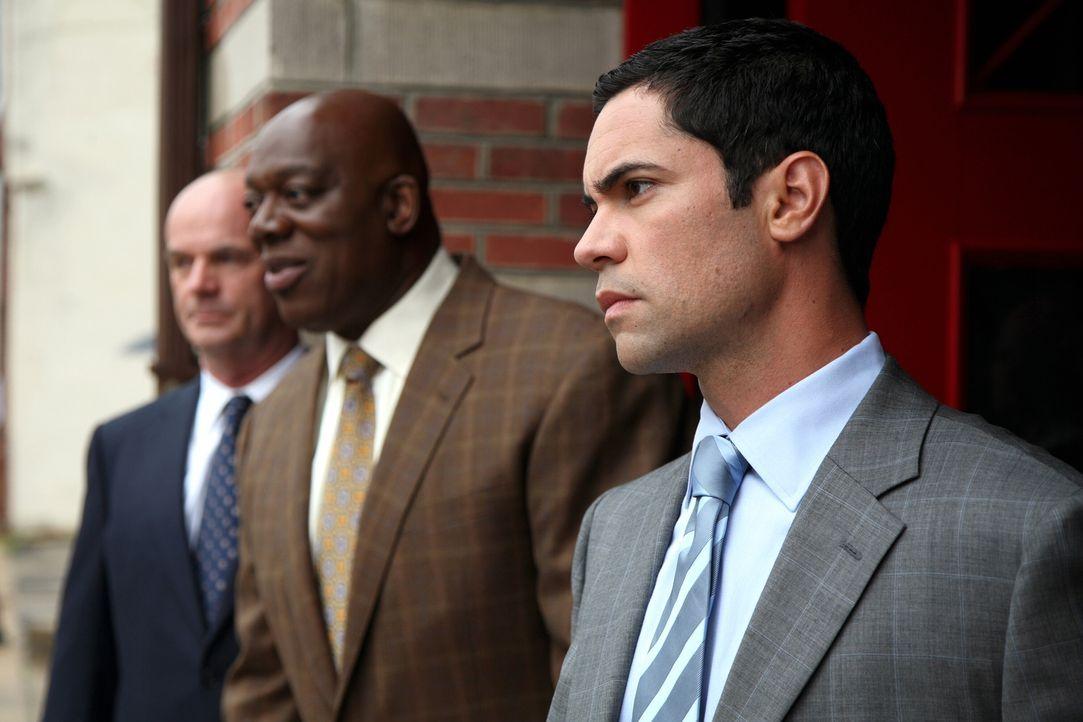 Ein neuer Fall beschäftigt Will (Thom Barry, M.), Scott (Danny Pino, r.) und John (John Finn, l.) ... - Bildquelle: Warner Bros. Television