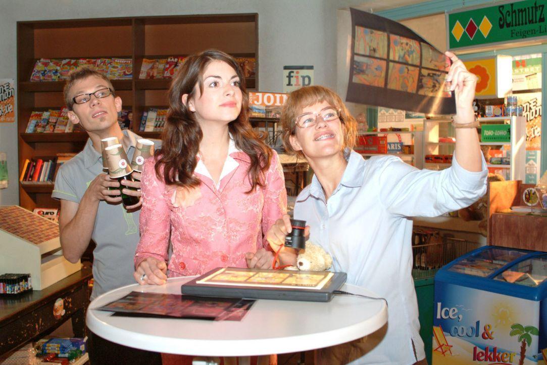 """Begeistert bestaunen Lisa (Alexandra Neldel, r.) und Mariella (Bianca Hein, M.) die Kontaktabzüge vom Fotoshooting des Szene-Magazins: Die """"B.STYLE""""... - Bildquelle: Monika Schürle SAT.1 / Monika Schürle"""