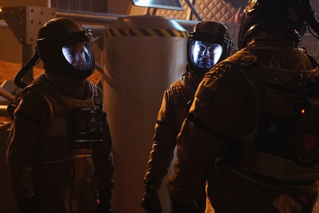 Sämtliche Ermittlungen im Mars-Mord verlaufen im Sand, bis Esposito (Jon Huertas, 2.v.l.) und Kate (Stana Katic, l.) eine schockierende Entdeckung m... - Bildquelle: Richard Cartwright ABC Studios / Richard Cartwright