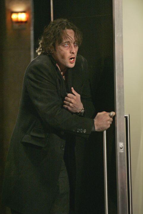 Mick (Alex O'Loughlin) muss dringend eine große Ration Blut erhalten. Doch das Blutsaugen kommt für ihn nicht in Frage ... - Bildquelle: Warner Brothers