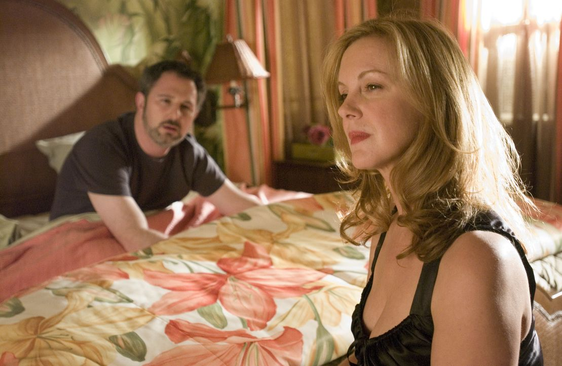 Celia (Elizabeth Perkins, r.) weiss, dass Doug sie betrügt ... - Bildquelle: Lions Gate Television