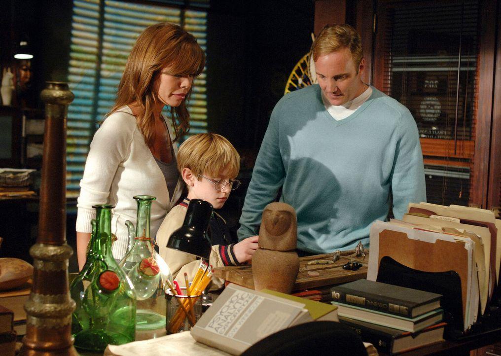 Elliot (Nathan Gamble, M.) ist hochbegabt, doch seiner Mutter Nina (Nikki Cox, l.) fehlt das Geld, um ihn auf eine entsprechende Schule zu schicken.... - Bildquelle: ABC Studios
